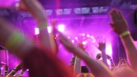 音乐会的观众问候喜爱的音乐家 影视素材