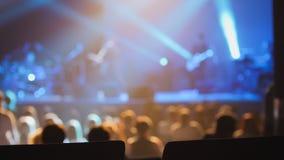 音乐会背景-跳舞在音乐会的人剪影  免版税库存图片