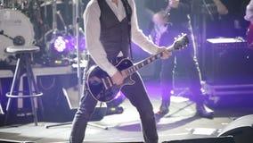 音乐会阶段的吉他演奏员 股票视频