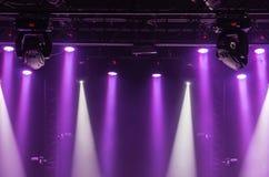 音乐会阶段的天花板与紫色和白色聚光灯的在阶段农场 库存图片