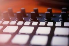 音乐作曲家的专业敲打机器设备 免版税库存照片