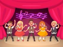 音乐儿童` s小组在阶段执行 男孩和女孩唱歌 免版税库存照片