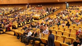 音乐厅全景,在等待音乐会或表现的椅子的观众开会 股票视频