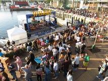 音乐和人群在码头 库存图片