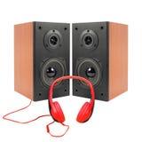 音乐和声音-两台扩音器封入物和红色耳机 我 库存照片