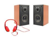 音乐和声音-两黑扩音器封入物和红色headph 免版税图库摄影