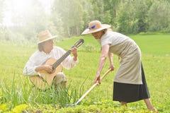 音乐和工作在菜园里 免版税库存照片