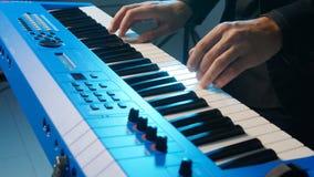 音乐和生活音乐会的概念 演奏在音乐会的音乐家的手键盘 股票视频