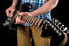 音乐和艺术 电吉他在一个吉他弹奏者的手上,黑色被隔绝的背景的 吉他使用 水平的框架 库存照片