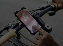 音乐在自行车把柄夹子的应用设备 库存照片