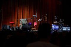 音乐场面用被安排的音乐设备准备播放一个好蓝色音乐会 库存照片