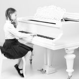 从音乐学院的一个女孩弹钢琴 库存图片