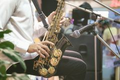 音乐家为实况音乐使用萨克斯管 免版税库存照片