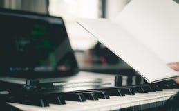 音乐家举行空白的书写歌 免版税库存照片