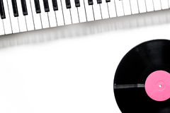 音乐家书桌歌曲作者工作的设置了与耳机和合成器白色背景顶视图大模型 免版税库存图片