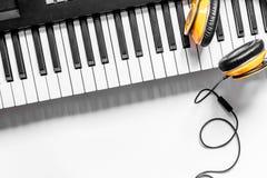 音乐家书桌歌曲作者工作的设置了与耳机和合成器白色背景顶视图大模型 免版税库存照片