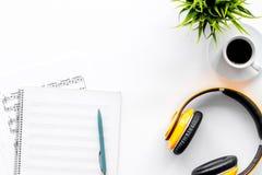 音乐家书桌歌曲作者的与在白色背景顶视图大模型的耳机一起使用 免版税库存照片