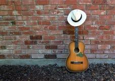 音乐家休假-吉他、竖琴和巴拿马草帽 库存照片