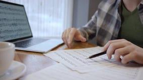 音乐家作曲家和吉他弹奏者在五角星形、他的歌曲笔记或歌剧读音乐纸张, 音乐家 影视素材