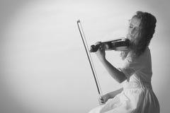 音乐家使用在小提琴的小提琴手妇女 免版税库存图片