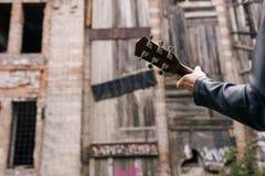 音乐家吉他演奏员小夜曲实践执行者 图库摄影