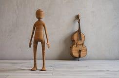 音乐家和一个低音提琴在一间现代演播室屋子 免版税库存图片