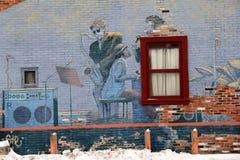 音乐家和他们的仪器复杂街道艺术在老砖墙在冬天,萨拉托加斯普林斯,纽约上, 2015年 库存照片