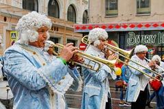 音乐家在有一个喇叭的18世纪衣裳穿戴了在Tverskaya街上的城市天在莫斯科 图库摄影