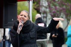 年轻音乐家在街道唱歌 免版税图库摄影