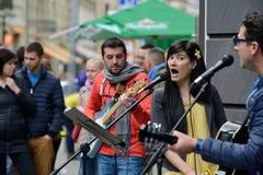 音乐家在街道唱歌 库存图片