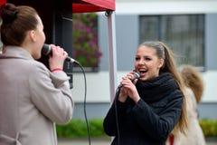 年轻音乐家在街道唱歌 库存图片