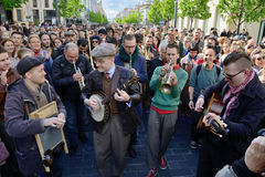 音乐家在街道唱歌 免版税图库摄影