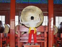 音乐家在鼓塔里面的最大的鼓执行 图库摄影