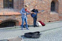 年轻音乐家在维尔纽斯,立陶宛做音乐 库存图片