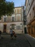 音乐家在巴黎,法国运载在蒙马特的音响低音被修补的街道 图库摄影