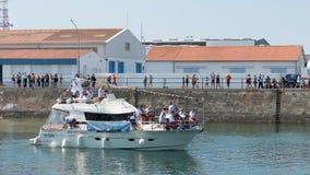 音乐家在Herbaudière港的一条游艇使用  免版税库存图片