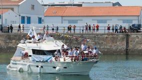 音乐家在Herbaudière港的一条游艇使用  免版税库存照片