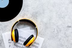音乐家工作设置了与与笔记的纸和文本的vynil石桌背景顶视图空间 免版税库存图片