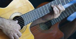 音乐家弹一把古典切掉的吉他 免版税库存照片