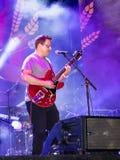 音乐家弹在街道场面的吉他在市的天的庆祝纳哈里亚在以色列 免版税库存图片