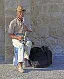 音乐家弹萨克斯管室外在帕福斯,塞浦路斯 图库摄影