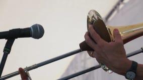 音乐家慢动作射击在音乐会的伸缩喇叭使用 股票视频