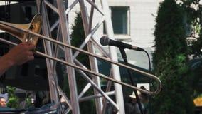 音乐家慢动作射击在音乐会的伸缩喇叭使用 股票录像