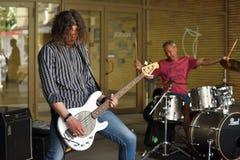 音乐家戏剧吉他在街道音乐天 免版税库存照片