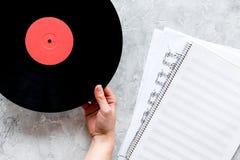 音乐家或dj的书桌有vynil纪录的和白纸歌曲作者的在石背景顶视图大模型运转 免版税库存照片