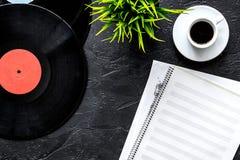 音乐家或dj的书桌有vynil纪录的和白纸歌曲作者的在黑暗的背景顶视图大模型运转 免版税图库摄影