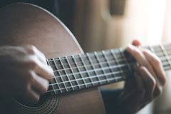 音乐家播放一个古典吉他、fretboard和手指 免版税图库摄影