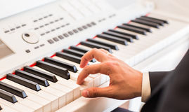 音乐家特写镜头的手 使用在电钢琴的钢琴演奏家 库存图片