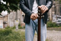 音乐家生活方式吉他调整的艺术家执行者 库存照片