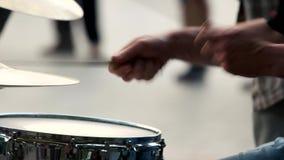 音乐家的手有鼓槌的 股票视频